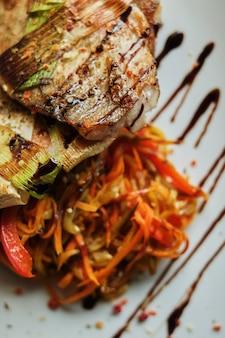 Red sea bass cuit au four avec vue rapprochée carottes