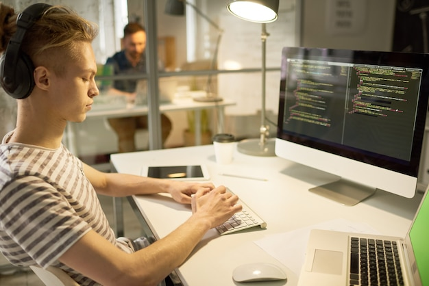 Rédacteur de logiciels confiant occupé avec un nouveau programme