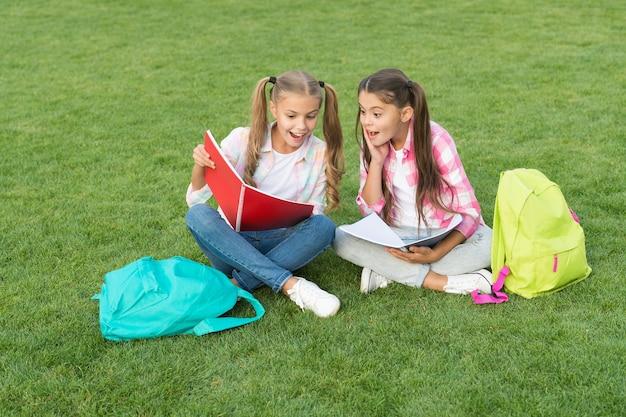 Rédaction d'un journal de fille. lire des souvenirs d'enfance. se reposer après la journée d'école. temps des vacances de printemps. meilleurs amis pour toujours. passer l'examen avec succès. soeurs drôles et heureuses. douche de bébé.