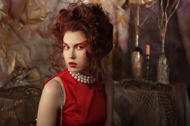 Redhair femme avec un maquillage créatif vif