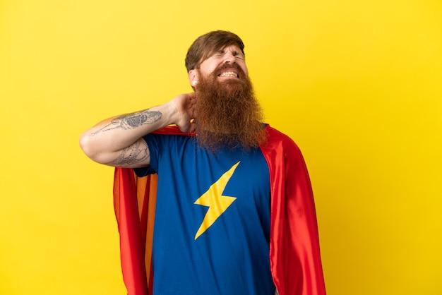 Redhead super hero man isolé sur fond jaune avec des maux de cou