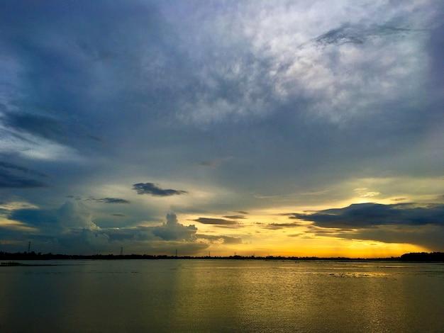 Reflaction du ciel sur la photographie de la nature de l'eau
