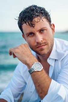 Réfléchi bel homme au bord de la mer