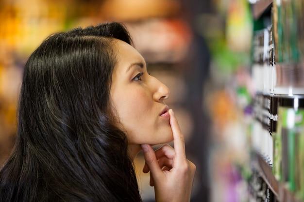 Réfléchie, femme, achats, épicerie