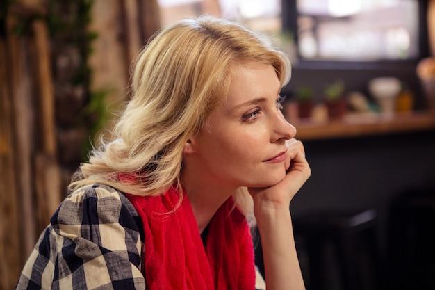 Réfléchie femme assise