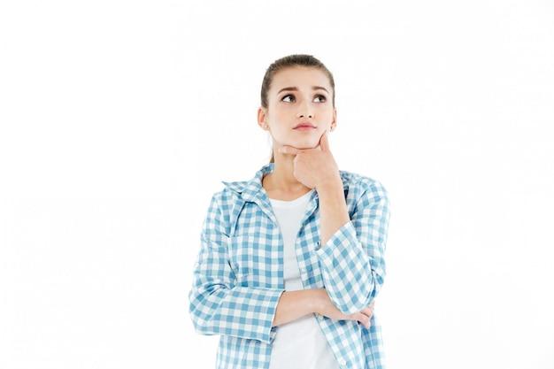 Réfléchie jeune femme regardant de côté