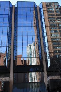 Reflet d'un bâtiment dans un bâtiment