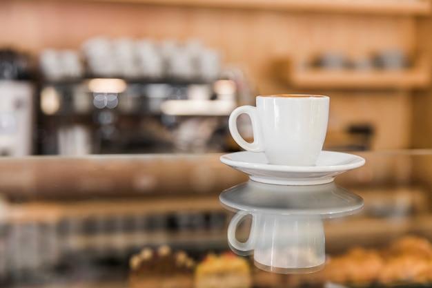 Reflet de café tasse sur verre