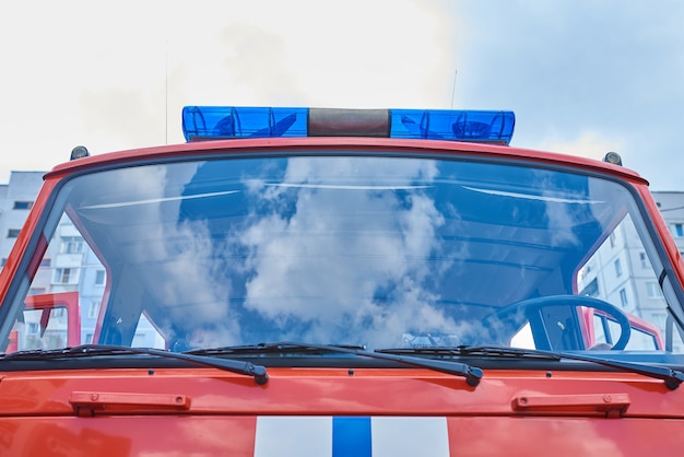 Reflet du ciel dans le pare-brise d'un camion de pompiers