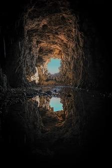Reflet à l'entrée d'une grotte