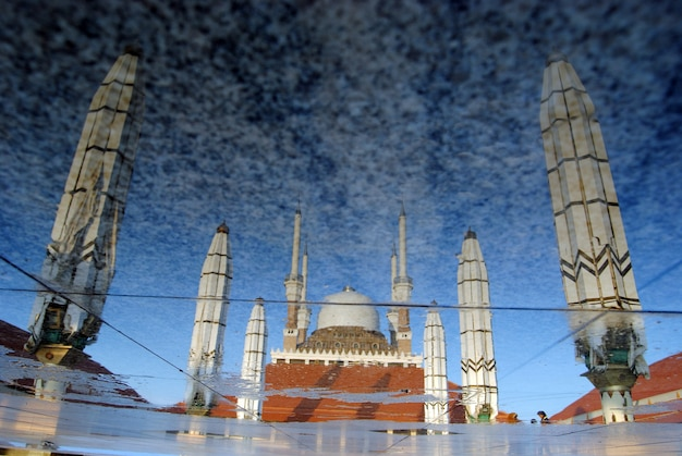 Reflet de la grande mosquée de java central, semarang, indonésie