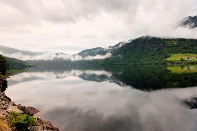 Reflet, de, montagnes, à, nuages, dans, les, lac, granvinsvatnet, granvin, hordaland, comté, norvège