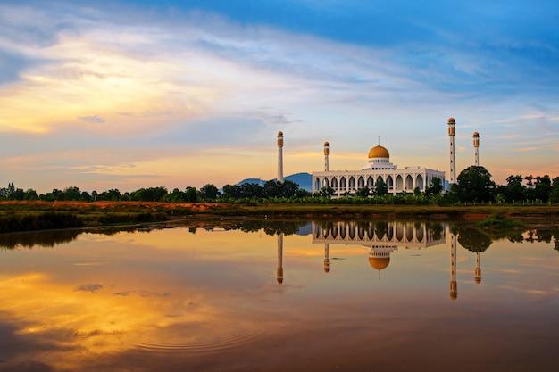 Reflet de la mosquée centrale de songkhla dans l'eau