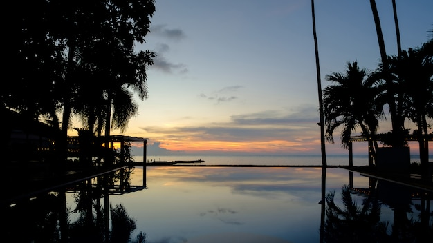 Reflet de la silhouette dans la piscine.