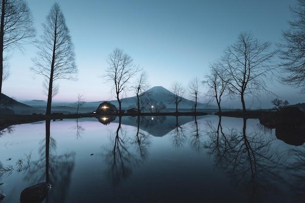 Reflets d'arbres dans la rivière et fond de montagne fuji fumotoppara fujinomiya shizuoka