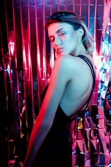 Reflets multicolores sur un corps de femme