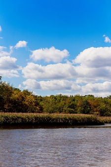 Reflets de nuages et ciel bleu