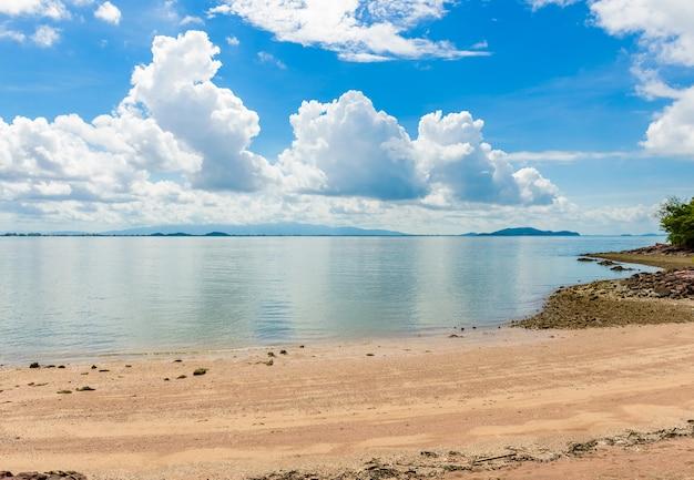 Réflexe image de la plage, de la mer et du ciel bleu dans la baie de kung krabaen à chathaburi