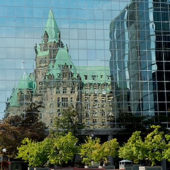 Réflexion d'un bâtiment sur un autre édifice, colline du parlement, ottawa, ontario, canada