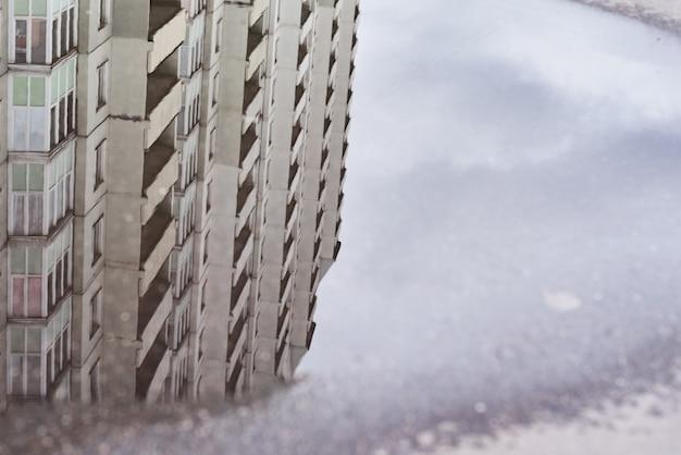 Réflexion de bâtiments dans la flaque d'eau à la rue de la ville