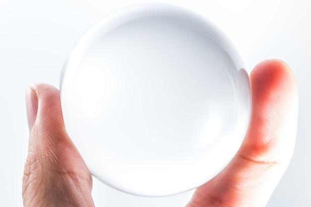 Réflexion de boule de cristal dans la paume de votre main !