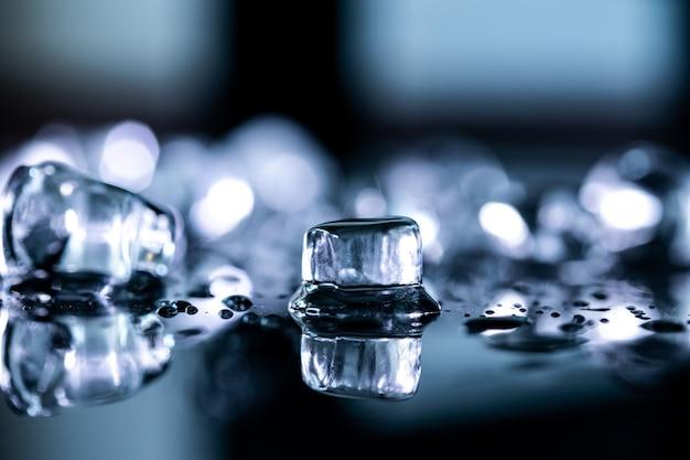 Réflexion de cubes de glace sur fond noir