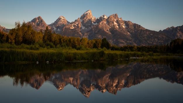 La réflexion du parc national de grand teton pendant le lever du soleil