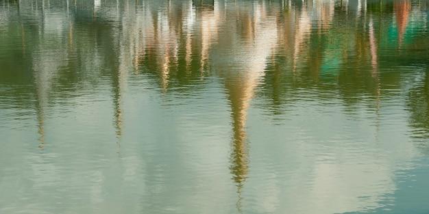 Réflexion du temple de wat chong kham dans l'eau, mae hong son, thaïlande