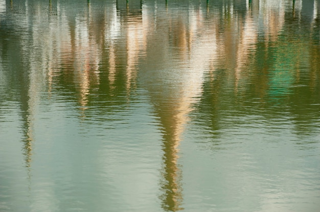 Réflexion du temple de wat chong kham sur l'eau, province de mae hong son, thaïlande