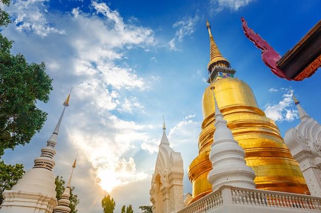 Réflexion du temple wat suan dok