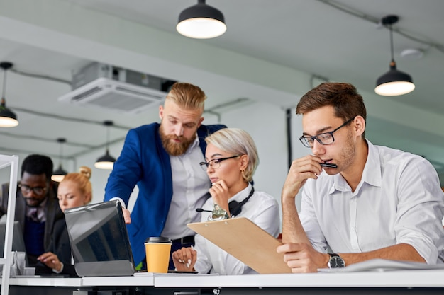 Réflexion d'équipe commerciale au bureau