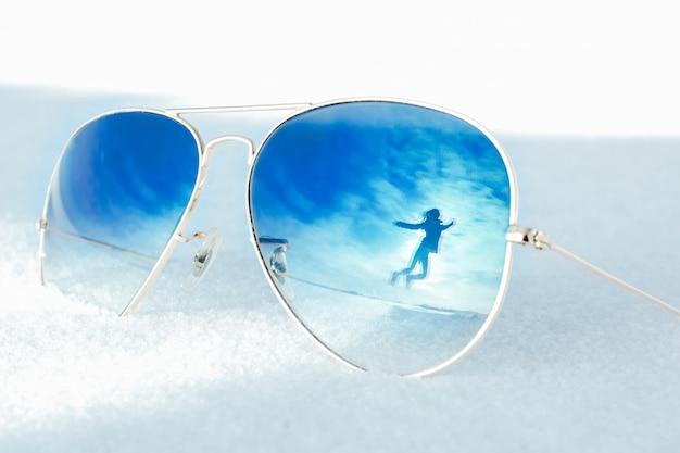 Réflexion de femme heureuse sautante en paysage d'hiver avec effet de scission.