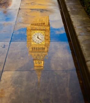 Réflexion de flaque de big ben clock tower london