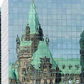 Réflexion d'un immeuble sur un autre édifice, colline du parlement, marché by, ottawa, ontario, canad