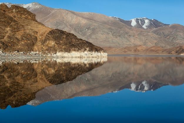 Réflexion miroir dans un lac calme. lumière du matin. mongolie occidentale