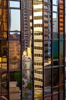 Réflexions dans un immeuble à los angeles californie le 28 juillet 2011