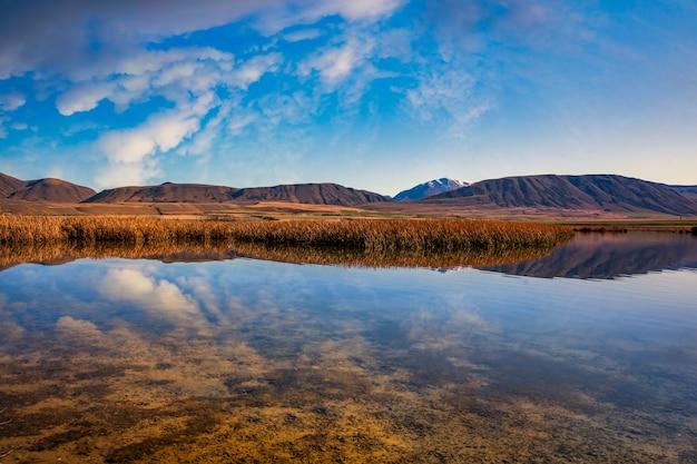 Réflexions de nuages sur l'un des deux petits lacs maoris dans le parc de conservation de hakatere dans le district des lacs ashburton