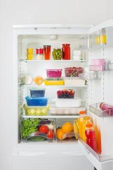 Réfrigérateur avec différents aliments sains