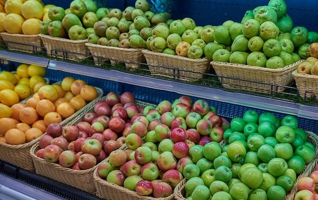 Réfrigérateur avec des fruits dans le magasin
