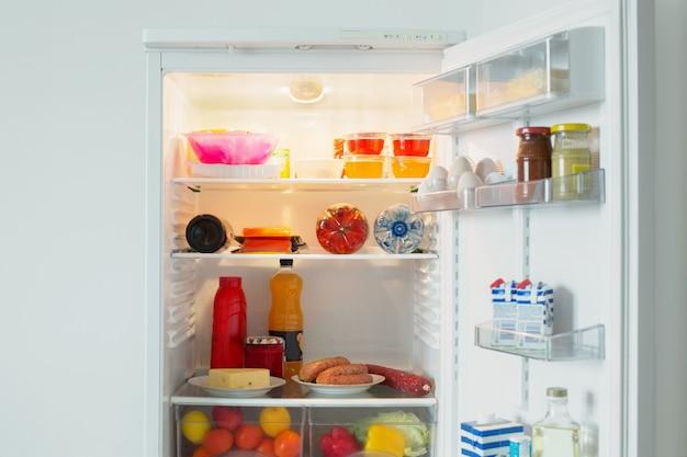 Réfrigérateur avec de la nourriture