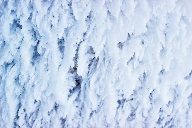 Refroidir les blocs congelés de fond de stalactites de glace.