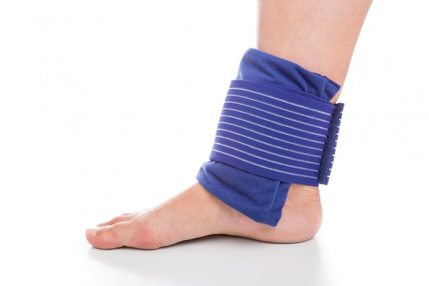 Refroidissement et bandage du pied. les blessures sportives.