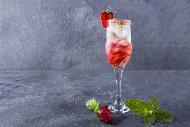 Refroidissement de la sangria aux fraises avec du vin, des fraises,
