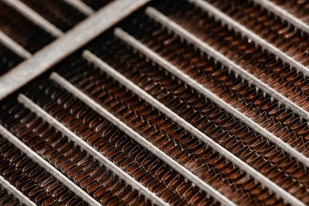 Refroidisseur automobile ancien et rouillé. texture de treillis rouillé, rouge. la grille.