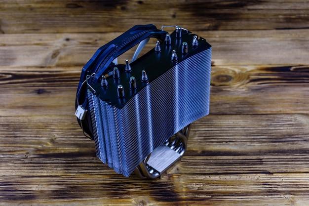 Refroidisseur de processeur moderne avec caloducs sur fond de bois