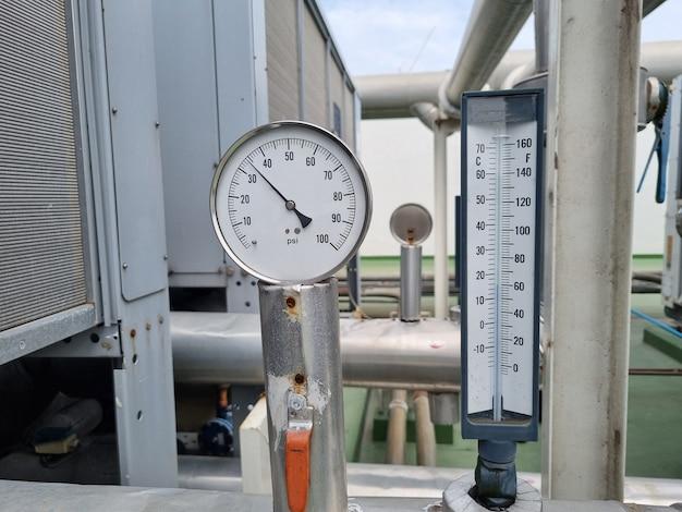 Refroidisseurs d'air les tours de refroidissement dans le bâtiment.
