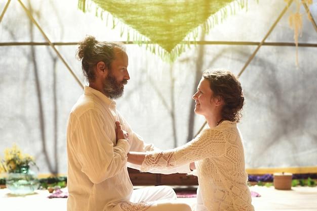 Regard et attention entre un couple pratiquant la présence