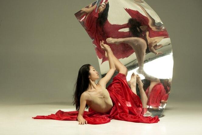 Regard passionné. danseuse de ballet moderne sur marron avec miroir