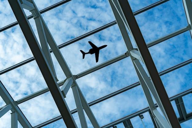 Un regard vers le ciel avec la silhouette d'une plaine volante au-dessus de la ville