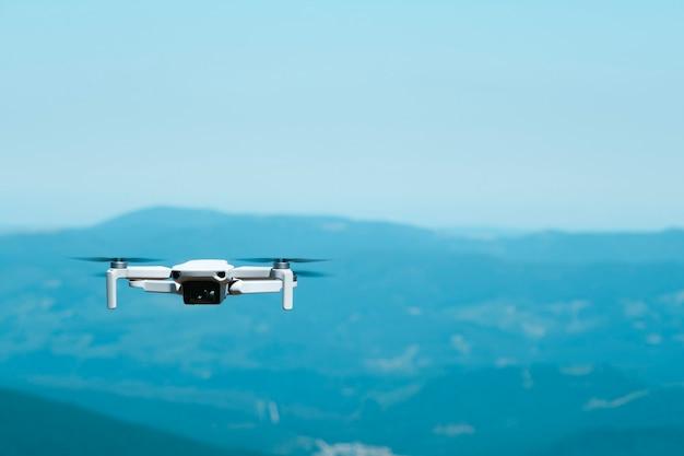 En regardant un drone quadricoptère télécommandé en vol par une journée ensoleillée